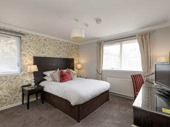 Family room-Suite-Ensuite with Shower-Garden View
