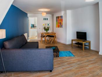 Delilah Serviced Accommodation - Living room/Dining room