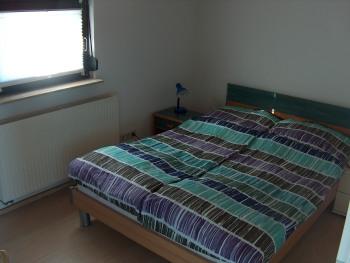 Das 2. Schlafzimmer mit französischem Bett (1,40 m breit) befindet sich hinter dem Wintergarten