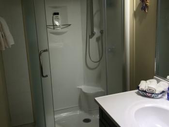 Salle de bain privative chambre rose