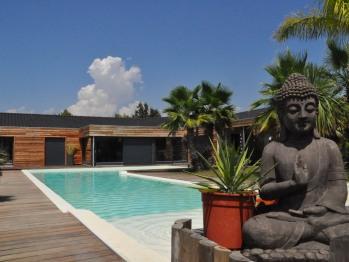 bassin de nage et terrasse