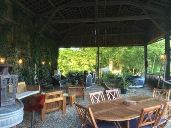 """""""Le Hangar"""", vaste terrasse couverte meublée de 100 m2"""