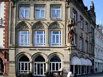 Mondo's Kaffeehotel mit reichem Fassadenschmuck im neugotischen Stil.
