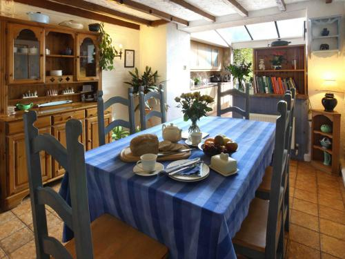 Open plan breakfast room/kitchen with communal table