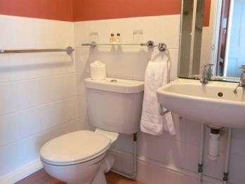 Twin Room Bathroom 1st Floor