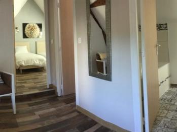 Espace desservant les chambres bleu et verte et accès à la salle de bain