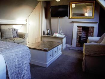 Discovery - Family room, Double bed, 2 singles and seating area