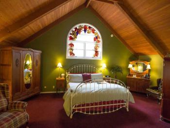West Loft (King Bed, Spa Tub, Fireplace, Vaulted Ceiling)