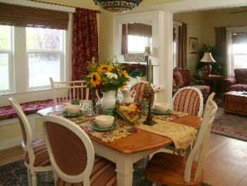 Pinot Noir's quaint dinning room