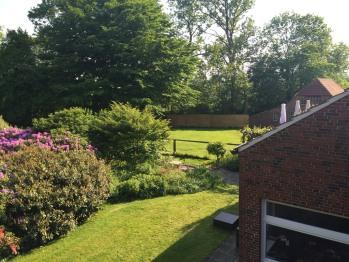 Vom Balkon hat man einen wunderschönen Blick in den großzügigen Garten