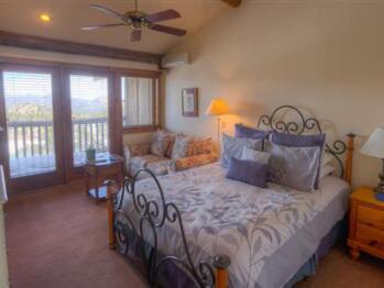 Columbine Queen Lodge Room
