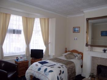 Light & Airy GROUND FLOOR Twin room for the less able f/screen TV drinks facilities fully tiled ensuite towels/toiletries