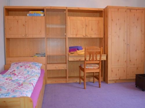 Schlafzimmer 2, Einzelbett, Schrank, Etagenbett