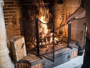 Feu de cheminée dans la salle de petit déjeuner - Le Manoir - Domaine le Clos du Phare