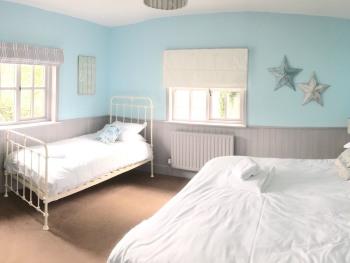 Comfort Family Room 7 (Courtyard)