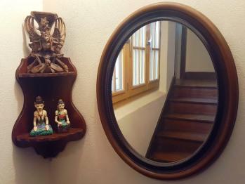 Montée d'escalier accédant aux chambres