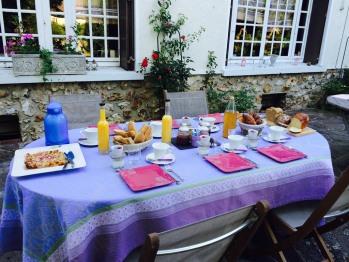 Le petit déjeuner dehors à la belle saison