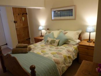Gwern-Hwyaid Farmhouse B&B - Double Bedroom