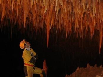 Explorer les sous-sols avec Explo notre partenaire d'activité en spéléo.