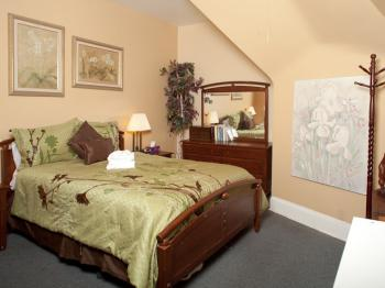 Saul's Suite- w/Queen Bed- 3RD FLOOR, SHARED BATH