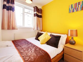 St Margarets Place Townhouse - The yellow bedroom - a double bedroom
