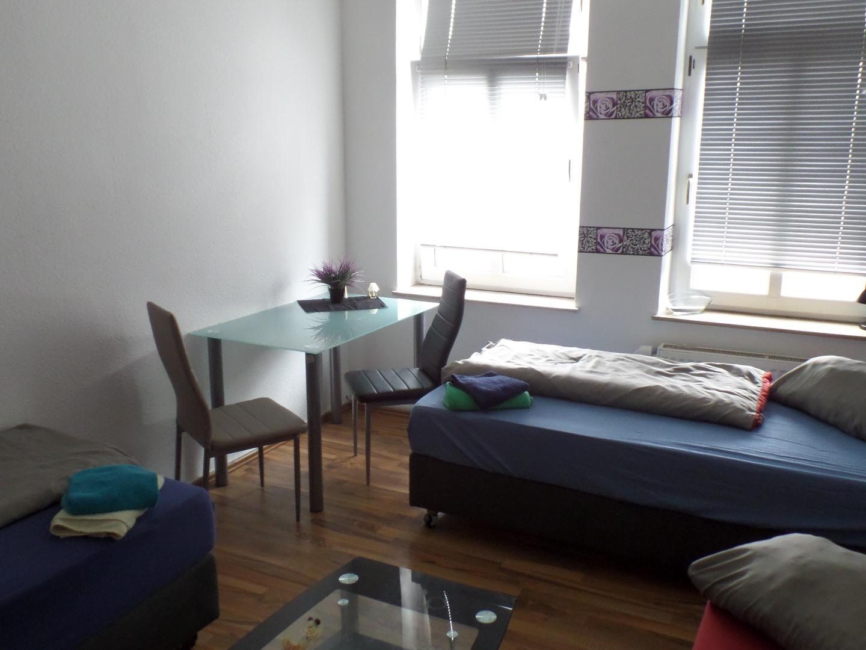 Dreibettzimmer mit Gemeinschaftsbad und Gemeinschaftsküche