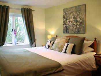 King-Comfort-Ensuite-Street View-Room 1