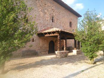 Plaza del pueblo con el pórtico de la iglesia