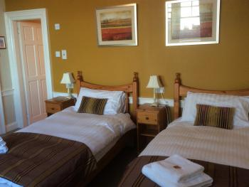 Twin room-Superior-Ensuite with Shower-Street View-LOCHNAGAR - Base Rate