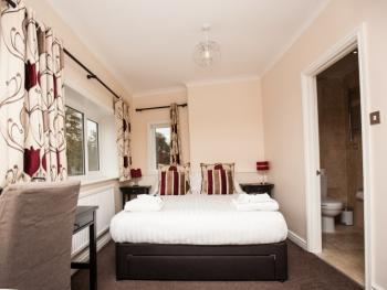 Family room-Deluxe-Ensuite with Shower-Garden View-BH1