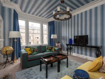Hillside Street Luxury Apartment - Living room