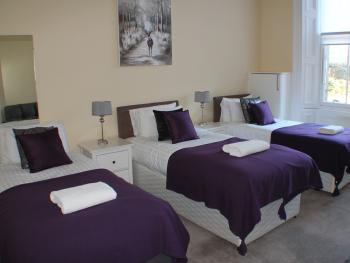 West End Townhouse nr Train Station - 3 Single Beds in Bedroom