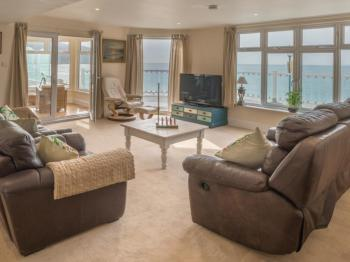 Beachside Apartment - Pilots Point - Living room overlooking the bay