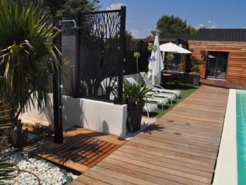 douche solaire et terrasse