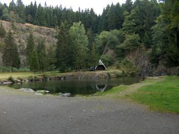 """Ein beliebtes Ausflugsziel für Wanderer und Radler ist der """"Bergsee Ebertswiese"""" am Rennsteig, für PKWs sind Parkplätze in unmittelbarer Nähe"""