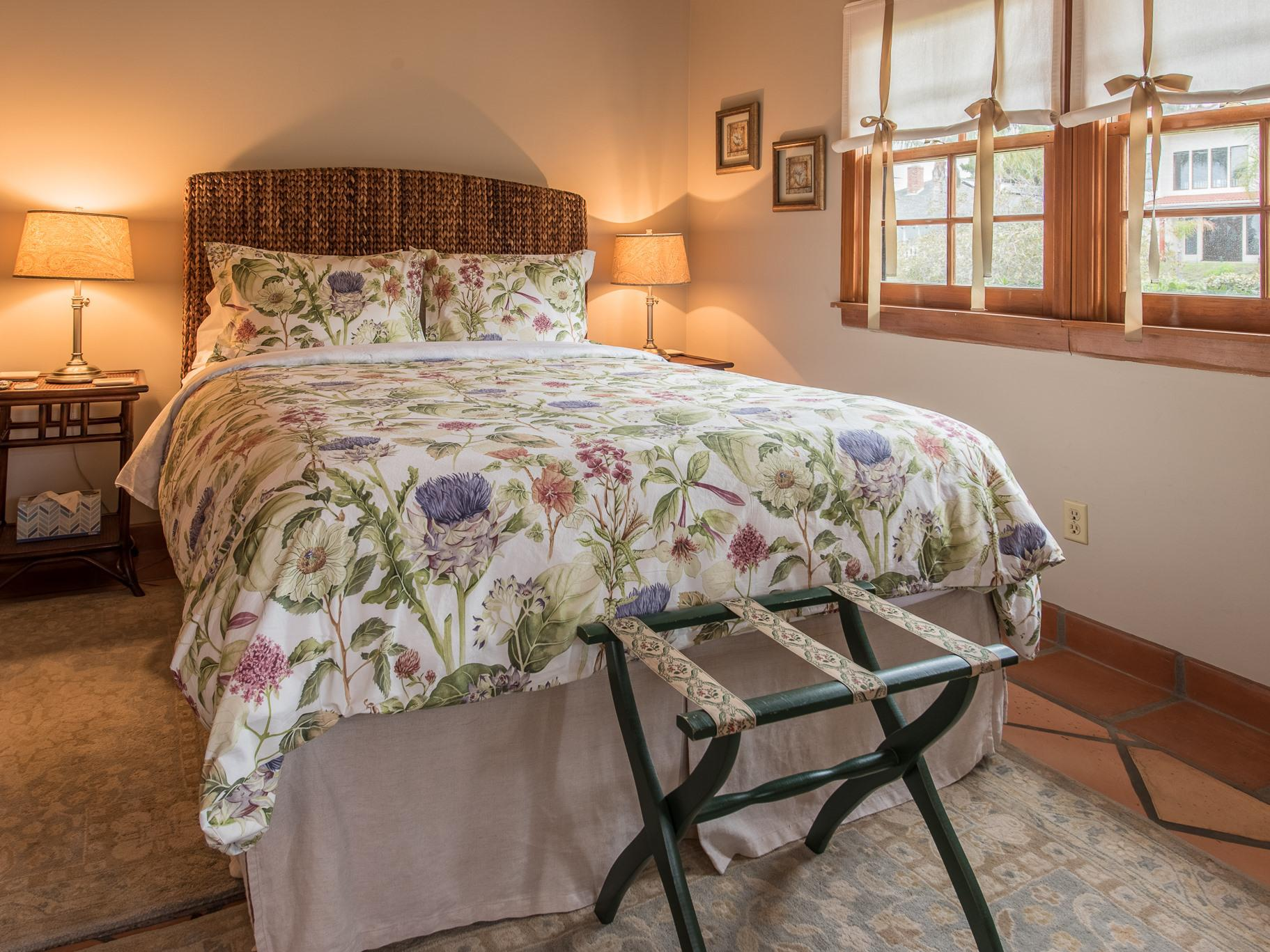 Double room-Shared Bathroom-Street View-Martha's Vineyard Room - Base Rate