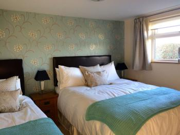 Family – Ensuite (king & 1 single bed)