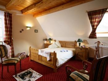 chambre duplex pour 4 personnes, lit king size, 2 lits de 1 personne en mezzanine (fermée) Salle bain, douche, baignoire, lavabo wc indépendants Balcon