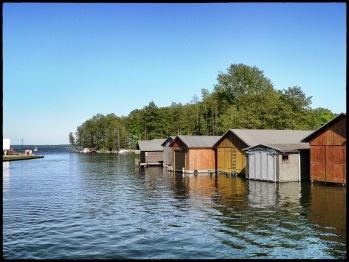 Promenade mit Blick auf Fluss und Bootshäuser