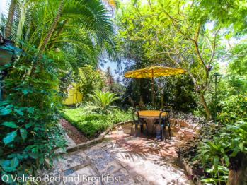 O Veleiro Bed and Breakfast - front garden area