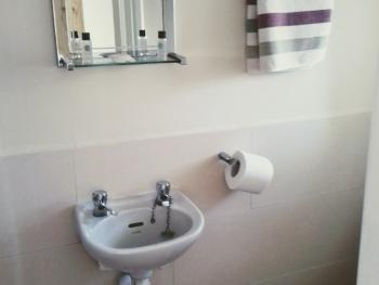 Room 4 En-Suite bathroom with shower