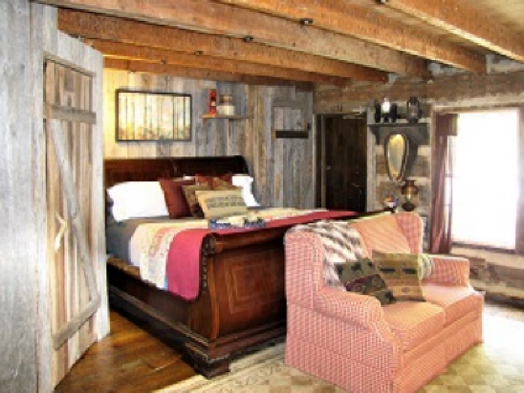 2)  The Cabin (King Bed, 1st Floor, Ensuite, Jacuzzi Tub)
