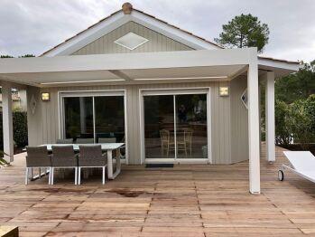 Chalet avec terrasse bois et pergola bio climatique
