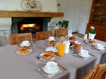 La Garonde Maison d'Hôtes. Petit déjeuner savoureux. Produits locaux. Salle commune.