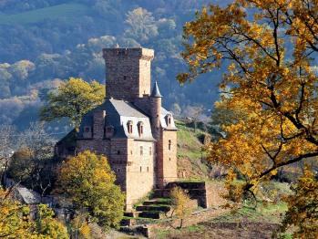 Le Château de La Servayrie, dans son écrin de verdure