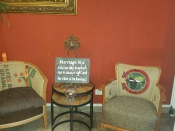 Sitzgelegenheit an der Rezeption mit Sesseln aus original Kaffeesäcken unserer Kaffeebauern