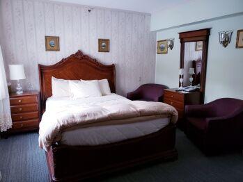 Standard Queen – 1 Queen Bed