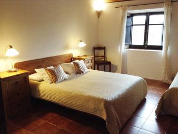 Capsicosta. Double room with extra bed with view over the pool and parking. Private bathroom