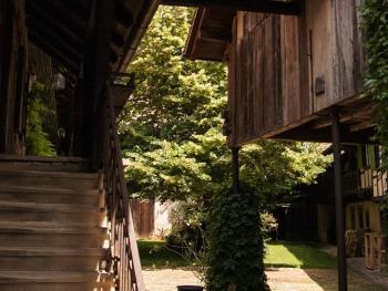 Escalier vers nos chambres d'hôtes et vue sur la cour et le tilleul.