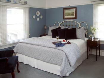 Wedgwood (King Bed, Private Bath, Garden View)